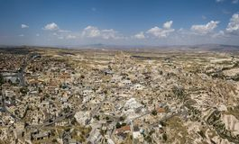 Uchisar城堡和镇鸟瞰图在卡帕多细亚 免版税库存照片
