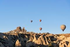 Uchisar镇和城堡顶视图在日出 cappadocia 火鸡 免版税库存照片