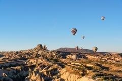 Uchisar镇和城堡顶视图在日出 cappadocia 火鸡 库存图片