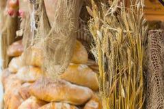 Ucho żyto adra i świeżo piec tradycyjni bochenki żyto chleb na kramu Zdjęcia Stock