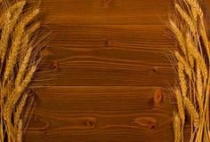 Ucho dojrzała banatka z obu stron drewnianego tła z przestrzenią dla teksta, Obrazy Royalty Free