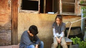 Uchodźców dzieci przeciw tłu bombardujący domy Wojna, trzęsienie ziemi, ogień zbiory wideo