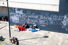 Uchodźca wiadomości na ścianie przy Keleti dworcem w Budape Zdjęcia Royalty Free