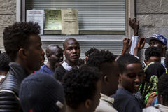 Uchodźcy blokujący w Como blisko szwajcara graniczą Fotografia Royalty Free