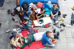 Uchodźcy i wędrownicy splatali przy Keleti dworcem Zdjęcie Stock