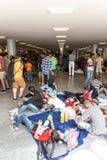 Uchodźcy i wędrownicy splatali przy Keleti Trainstation w pączku Obrazy Stock