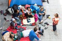 Uchodźcy i wędrownicy splatali przy Keleti Trainstation w pączku Obraz Stock