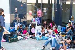 Uchodźcy i wędrownicy splatali przy Keleti Trainstation w pączku Fotografia Royalty Free