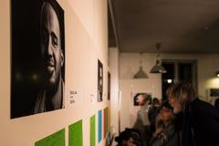 Uchodźcy mówją ich opowieści w powystawowym Angekommen Zdjęcia Royalty Free