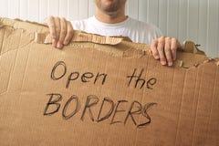 Uchodźcy mienia karton z Otwartym granicy prośba Zdjęcia Stock