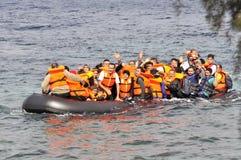 Uchodźcy przyjeżdża w Grecja w obskurnej łodzi od Turcja Obrazy Stock