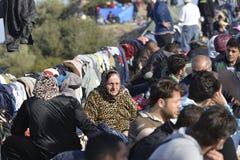 Uchodźcy sittng na ulicznym Lesvos Grecja Fotografia Royalty Free