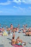 Ucieka się blisko Czarnego morza w Alushta, ludzie na jawnej otoczak plaży, Ukraina Zdjęcie Royalty Free