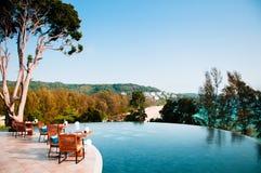 Ucieka się Obiadowego stół basenem z widok na ocean w Phuket, Thail Obraz Royalty Free