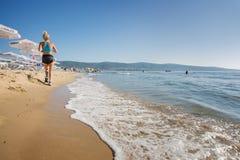Ucieka się Pogodnego Plażowego Bułgaria widok plaża w lecie Kobieta biega outdoors na ranek plaży Zdjęcia Stock