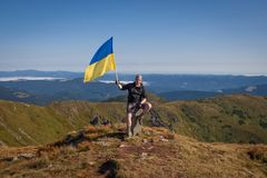 Ucrânia, Carpathians - 23 de agosto de 2014 O homem novo está caminhando dentro Imagens de Stock Royalty Free