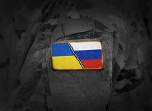 Ucrânia CONTRA Rússia Conflito ucraniano do russo Bandeira de Ucrânia imagem de stock royalty free
