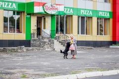 ucrânia Khmelnytskyi Em maio de 2018 Uma mulher idosa que abraça a seja fotografia de stock