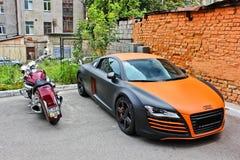 Ucrânia, Kiev; 20 de agosto de 2013; Motocicleta de Audi R8 ABT e de Honda imagem de stock