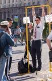 UCRÂNIA, KIEV - 27 de maio de 2013: O missionário novo tenta sua mão sobre Fotografia de Stock