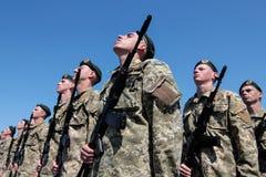 Ucrânia, Kiev 8 de maio de 2015: Os recrutas das forças armadas de Ucrânia participam uma cerimônia do juramento Imagem de Stock