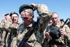 Ucrânia, Kiev 8 de maio de 2015: Os recrutas das forças armadas de Ucrânia participam uma cerimônia do juramento Fotografia de Stock