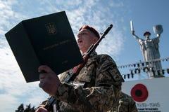 Ucrânia, Kiev 8 de maio de 2015: Os recrutas das forças armadas de Ucrânia participam uma cerimônia do juramento Fotos de Stock