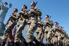 Ucrânia, Kiev 8 de maio de 2015: Os recrutas das forças armadas de Ucrânia participam uma cerimônia do juramento Foto de Stock