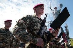 Ucrânia, Kiev 8 de maio de 2015: Os recrutas das forças armadas de Ucrânia participam uma cerimônia do juramento Fotos de Stock Royalty Free