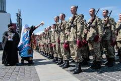 Ucrânia, Kiev 8 de maio de 2015: Os recrutas das forças armadas de Ucrânia participam uma cerimônia do juramento Fotografia de Stock Royalty Free