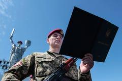 Ucrânia, Kiev 8 de maio de 2015: Os recrutas das forças armadas de Ucrânia participam uma cerimônia do juramento Foto de Stock Royalty Free
