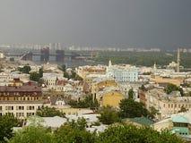 Ucrânia, Kiev, 2010, igreja de Andreevskaya, abóbadas douradas, rio de Dnepr imagens de stock