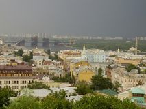 Ucrânia, Kiev, 2010, igreja de Andreevskaya, abóbadas douradas, rio de Dnepr fotografia de stock