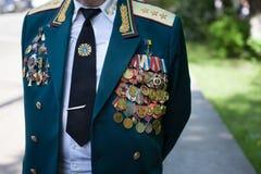 UCRÂNIA, KIEV, o 9 de maio de 2016, Victory Day, o 9 de maio Monumento a um soldado desconhecido: Os veteranos da segunda guerra  Fotos de Stock Royalty Free