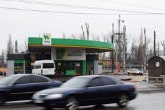 Ucrânia, Kremenchug - em março de 2019: WOG do posto de gasolina Carros que passam perto no borrão de movimento ocupado fotos de stock royalty free