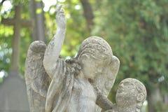 Ucrânia, Lviv, cemitério de Lychakivskiy 26 de setembro de 2011: Estátua de pedra do monumento na forma de um anjo e de um ser hu Fotos de Stock