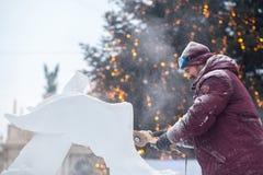 Ucrânia, Lviv - 11 de janeiro de 2019: O mestre faz esculturas de gelo do gelo Festival da escultura de gelo imagens de stock