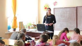 ucrânia Lviv 12 01 2018 Uma lição em uma escola do ` s das crianças O professor conduz lições na lição video estoque