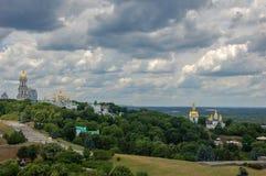 ucrânia O Kiev Pechersk Lavra é um nome comum para um complexo inteiro das catedrais, torres de sino, claustros, paredes da forti foto de stock royalty free