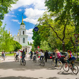 ucrânia poltava primavera de 2015 Women' passeio da bicicleta de s em Poltava Imagens de Stock Royalty Free