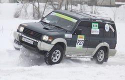 Ucrânia que compete passeios do grupo da equipe sobre a trilha da neve foto de stock