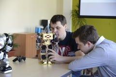 UCRÂNIA, SHOSTKA-MAY 12,2018: Os alunos olham o robô na exposição no centro da TI Fotografia de Stock Royalty Free