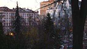 Ucrania, ciudad Kiev, edificios, árboles La muchacha está caminando a lo largo de la calle almacen de metraje de vídeo