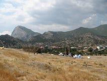ucrania crimea Campo cerca de la fortaleza Genoese en Sudak foto de archivo