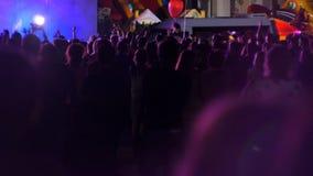 Ucrania, julio de 2017 fans en las luces en el concierto, muchedumbre de manos aumentó por encima almacen de metraje de vídeo