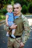 Ucrania, Khmelnitsky 30 de agosto de 2015 Un soldado ucraniano con imágenes de archivo libres de regalías