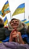 Ucrania, Kiev Abuela con una cruz a disposición a las reuniones foto de archivo