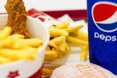 Ucrania, Kiev, 05 13 2018: Alimentos de preparación rápida deliciosos en supermercado KFC frió chiken, las patatas fritas, cheese imagen de archivo