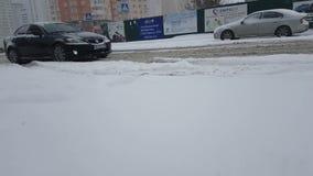 Ucrania Kiev coches del paseo del camino del invierno del 24 de enero de 2018 malos almacen de metraje de vídeo