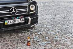 Ucrania, Kiev 25 de junio de 2013, verano Mercedes-Benz G55 AMG y dinero imagen de archivo libre de regalías